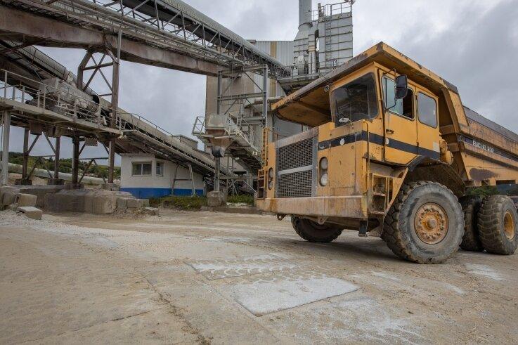 Der historische Muldenkipper darf mit seinen 35 Jahren beim Steinbruchfest am Samstag pausieren. Dafür sind die neuen Maschinen auf den neu betonierten Straßen des Geländes unterwegs.