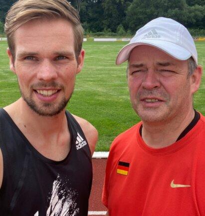 Sebastian Hendel mit Vater Udo, der ihn und eine Reihe weiterer Spitzenläufer beim LAV Reichenbach trainiert. Seit 2019 startet das Reichenbacher Lauf-Ass für die LG Braunschweig.