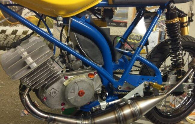 (Fast) nichts ist unmöglich: Simson S 51 mit 22 Pferdestärken dank 85 Kubik, Resonanzauspuff, Flachschiebervergaser und Membraneinlass. Allerdings dürfen derartig frisierte Mopeds nur auf die Rennstrecke.