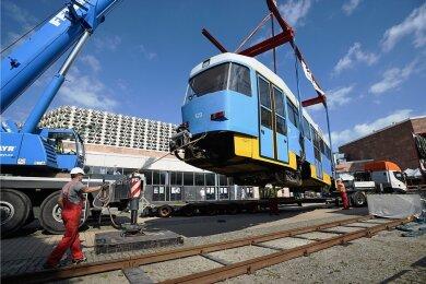 Spezialisten heben einen der 18,5 Tonnen schweren Triebwagen auf ein eigens installiertes Gleis vor der Stadthalle. Ende der 1980er-Jahre in der damaligen Tschechoslowakei gebaut und später modernisiert, war auch diese Tatra-Bahn bis Anfang des Jahres noch in Chemnitz im Einsatz.