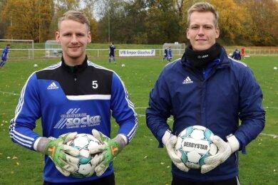 Die Torhüter Dominik Reissig (links) und Tom Seyfarth motivieren sich im Training des VfB Empor Glauchau gegenseitig zu Höchstleistungen. Das Foto entstand vorm letzten Spiel vor der Corona-Zwangspause.