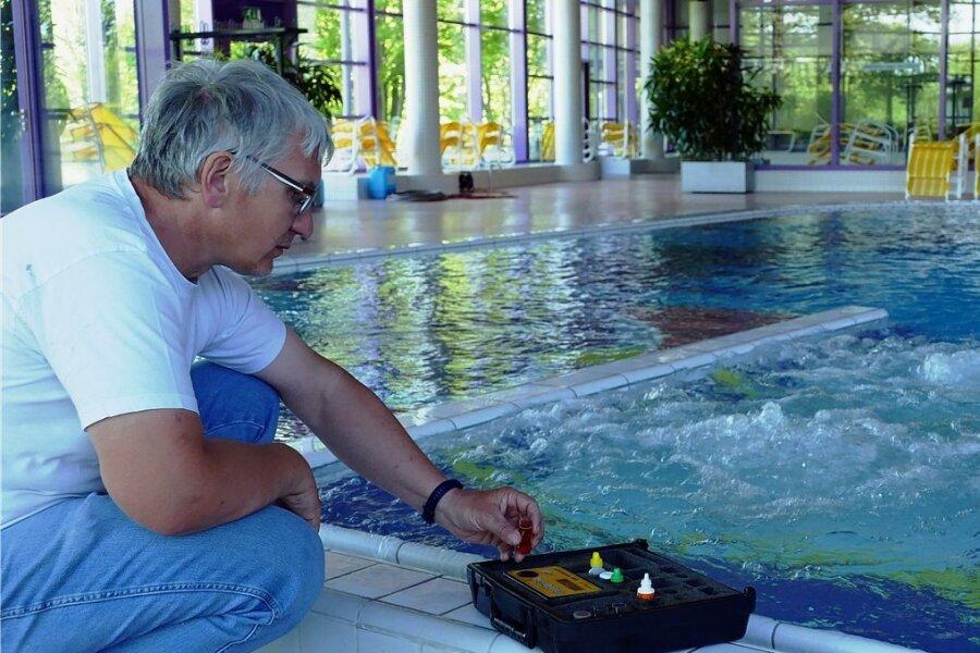 Joachim Petzold, technischer Leiter der Silber-Therme, nimmt regelmäßig Wasserproben. Wasserfall und Massage-Düsen sind täglich in Betrieb, damit das Wasser in den Leitungen nicht verkeimt.
