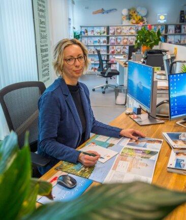 Carla Krajewski in ihrem Lugauer Reisebüro. Sie will es auf keinen Fall aufgeben, aber der psychische Druck sei sehr groß.