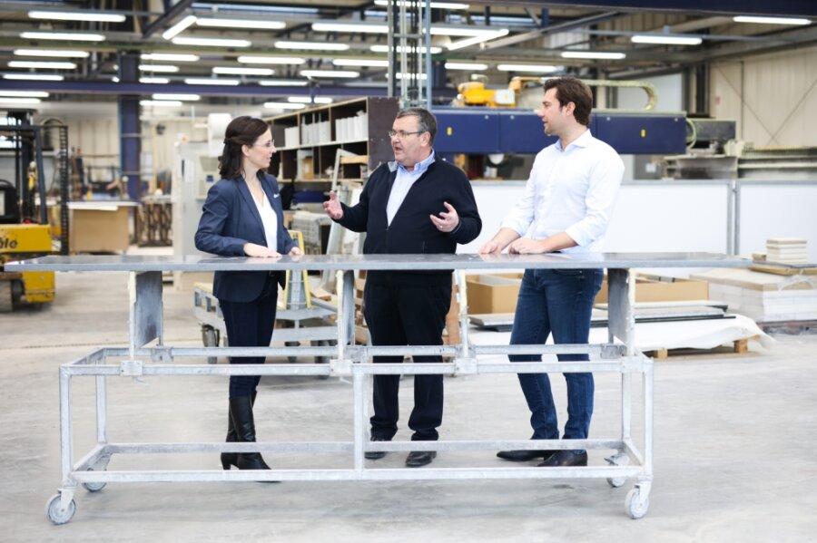 Führungswechsel bei der Rosskopf und Partner AG: Gründer Helmut Roßkopf (Mitte) zieht sich in den Aufsichtsrat zurück und hat seine Aktienanteile an die Hoffnungsträger Stiftung verkauft. Oliver Schleich rückt in den Vorstand und führt das Unternehmen mit Christin Bergmann.