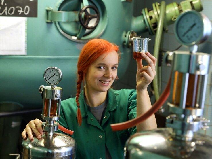 Anja Wurlitzer gehört zu den elf besten Auszubildenden des Landkreises. Als Destillateurin stellt sie in Meerane unter anderem auch Mocca-Edel her.