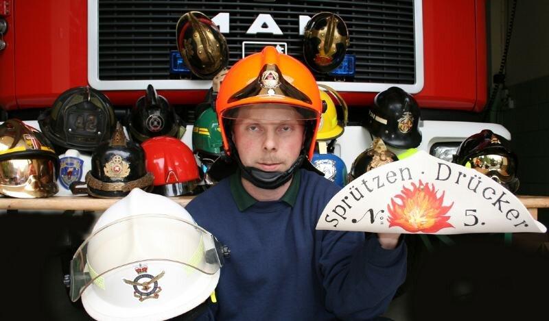 Stolz präsentiert Rico Mey einige Neuerwerbungen für seine Sammlung von Feuerwehrhelmen.