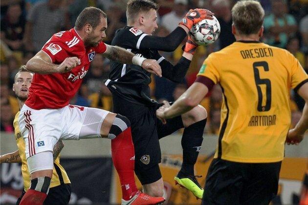 Dynamo-Keeper Markus Schubert klärt vor HSV-Torjäger Pierre-Michel Lasogga.