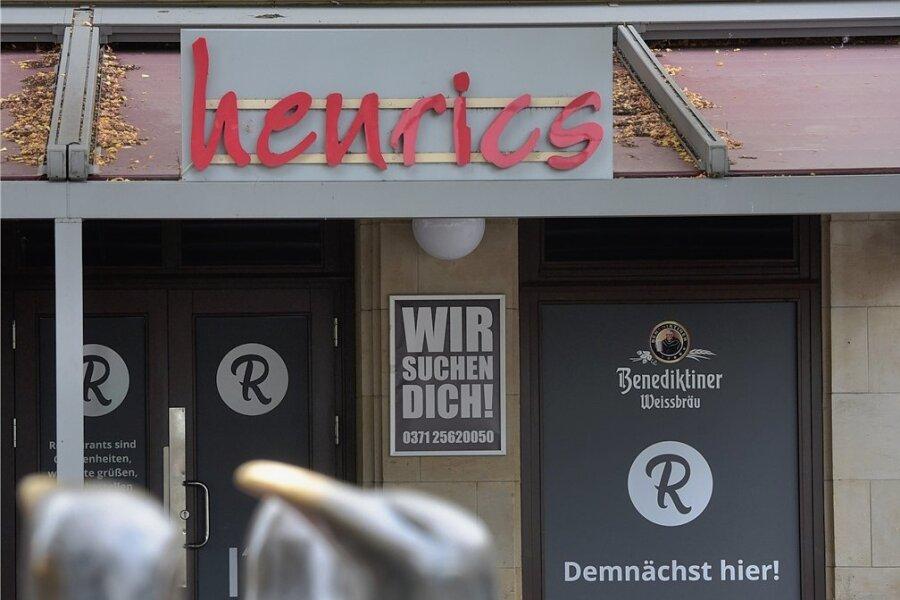 Oben steht noch der alte Name, unten kündigt sich eine Neueröffnung an: Im ehemaligen Henrics soll wieder Kneipenleben einziehen.