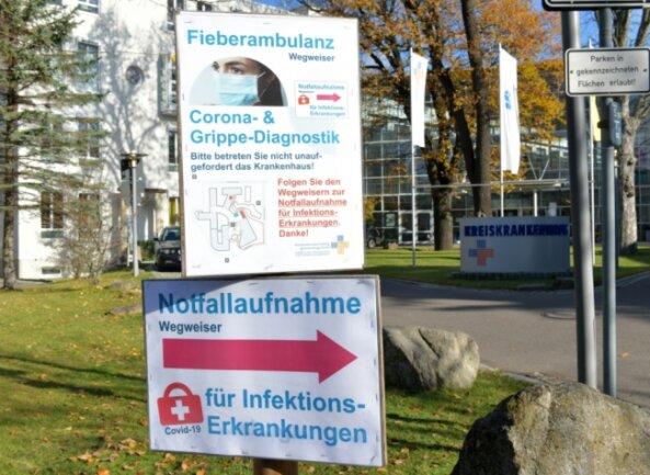 Am Kreiskrankenhaus Freiberg weisen Schilder im Eingangsbereich den Weg für Patienten, die von Corona betroffen sind.