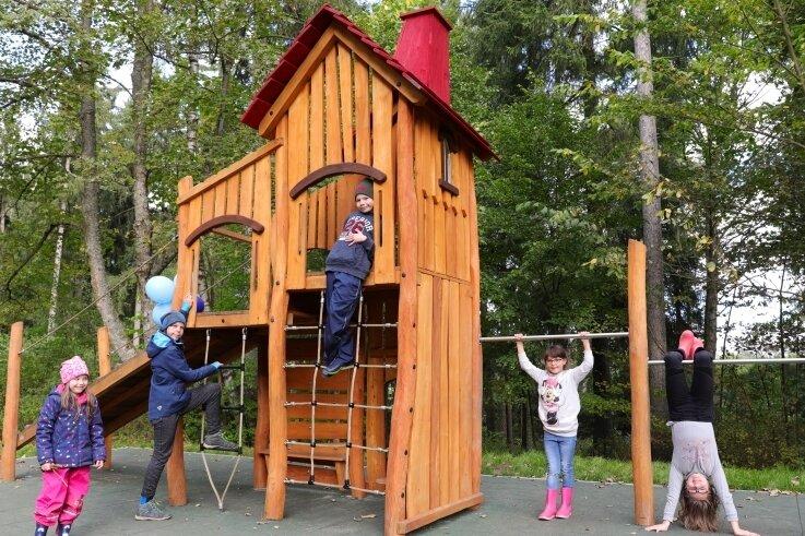 Der neue Spielplatz im weitläufigen Garten der Mutter-Vater-Kind-Kurklinik in Grünhain wurde dem Fuchsturm nachempfunden.