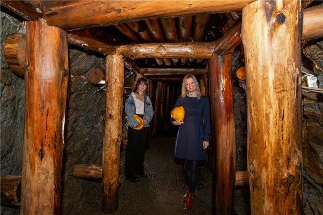 Annemarie Penz und Sophie Gürtler (rechts) trafen sich jetzt im Alaunbergwerk wieder.
