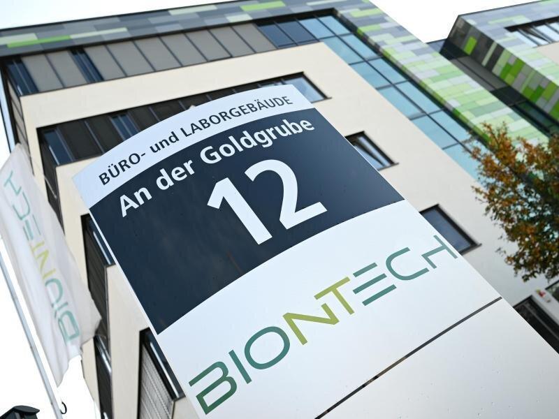 Das Logo des Biotechnologie-Unternehmens «BioNTech» ist an einer Stele vor der Unternehmenszentrale angebracht.