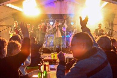 In Mylau strömten am Abend die Gäste zusammen. Zu den Klängen der Musikgruppe Spur 13, die seit langer Zeit das erste Mal wieder vor Publikum auftrat, feierten die Mylauer.