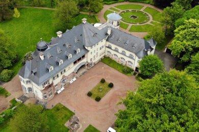 Das Schloss Wolfsbrunn liegt, eingebettet in einen sechs Hektar großen Park mit Brunnen, einem alten Baumbestand und großen Rhododendronbüschen, am Rande von Hartenstein, im Ortsteil Stein.