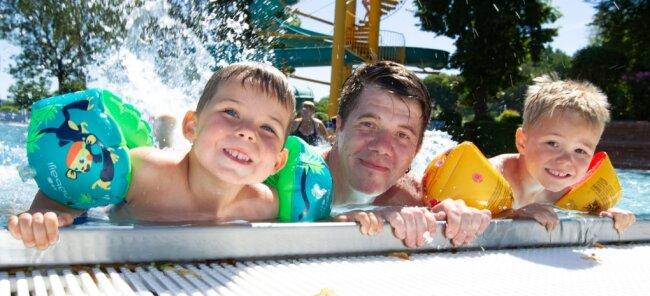 Das Freibad Naddel sorgt an den heißen Tagen für Erfrischung. Danny Spranger und Sohn Paul (4/rechts) sowie der dreijährige Emil waren am Freitag in Preißelpöhl im Wasser und hatten viel Spaß.