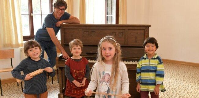 Diesen Kindern bereitet Singen viel Freude. Gemeinsam mit dem Freiberger Domkantor Albrecht Koch üben sie neue Stücke ein.