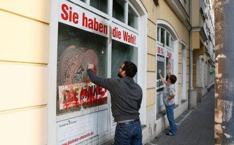 Putzaktion vor Susanne Schapers mit Parolen beschmiertem Bürgerbüro.