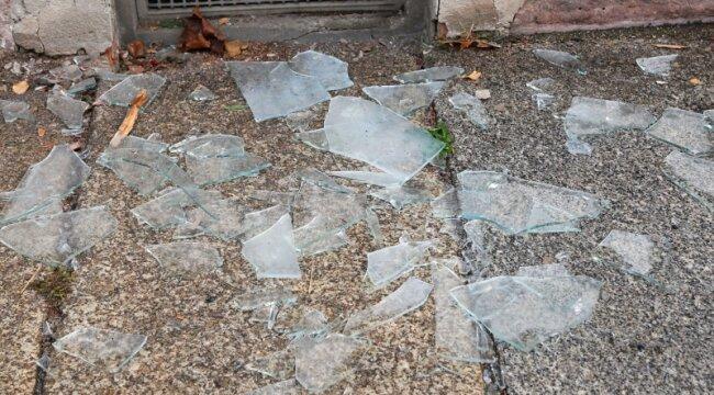 Nach dem Sprengstoffanschlag auf das Lokomov lagen die zerbrochenen Fensterscheiben vor dem Lokal.