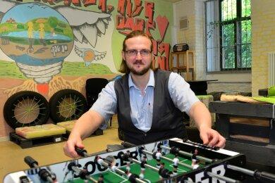 Im Schulclub der Mittweidaer Fichte-Oberschule können die Fünft- bis Zehntklässler Kicker und Billard spielen, basteln, malen und einiges mehr. André Weber leitet den Schulclub seit gut drei Monaten.