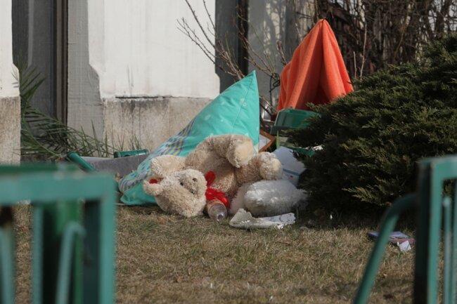 Die 49 Jahre alte Mutter des Kindes warf am Dienstagmorgen Gegenstände aus dem Fenster. Eine Anwohnerin rief die Polizei.