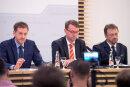 Michael Kretschmer (l, CDU), Ministerpräsident von Sachsen, Roland Wöller (M, CDU), Innenminister von Sachsen, und Jürgen Georgie, Landespolizeipräsident, bei der Kabinetts-Pressekonferenz am Dienstag.