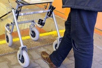 Vor der Unterführung auf dem Bahnhof in Mittweida, die zu den Gleisen 2 und 3 führt, ist für Menschen, die auf Rollator oder gar Rollstuhl angewiesen sind, die Treppe ohne Hilfe nicht zu überwinden.