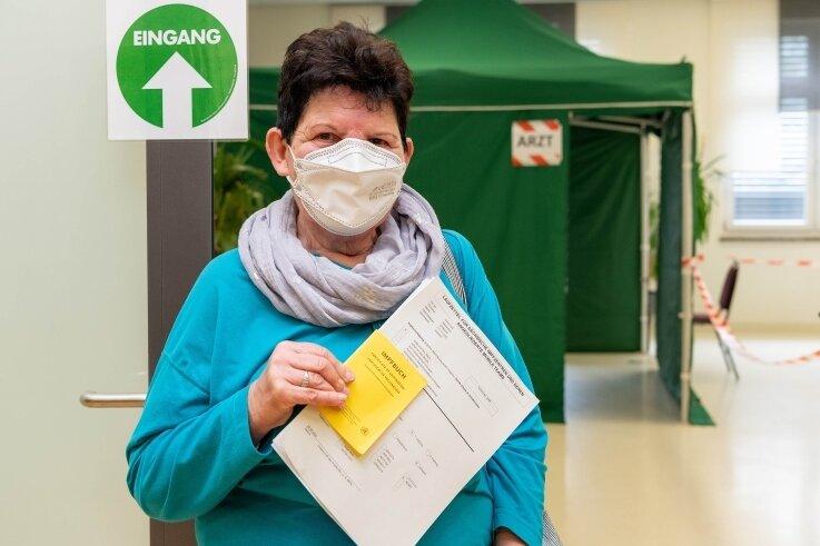 """Hannelore Uhlitzsch hatte als langjährige Leserin der """"Freien Presse"""" aus der Zeitung von der Impfaktion im Rochlitzer Bürgerhaus erfahren. Am gestrigen Freitag war sie die erste, die die Spritze gegen Corona erhielt."""