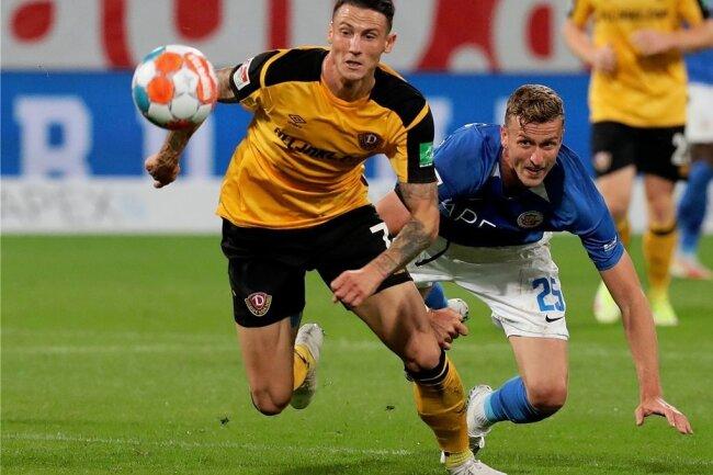 Der eingewechselte Dynamo-Torschütze Panagiotis Vlachodimos (l.) lässt den Rostocker Thomas Meißner stehen.