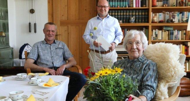 Eva Mugler ist seit 75 Jahren FDP-Mitglied. Am Montag erhielt sie Überraschungsbesuch vom Bundestagsabgeordneten Frank-Müller Rosentritt (m.) und Jörg Schubert vom FDP-Ortsverband Sachsenring.