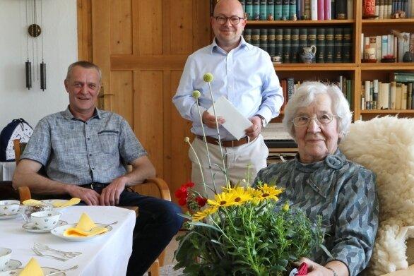 Eva Mugler ist seit 75 Jahren FDP-Mitglied. Am Montag erhielt sie Überraschungsbesuch vom Bundestagsabgeordneten Frank-Müller Rosentritt (m.) und Steffen Schubert vom FDP-Ortsverband Sachsenring.