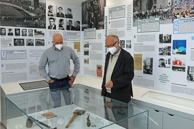 """Martin Böttger (rechts) zeigt Wolfgang Wetzel die neu gestaltete Ausstellung im """"Raum für Geschichte""""."""