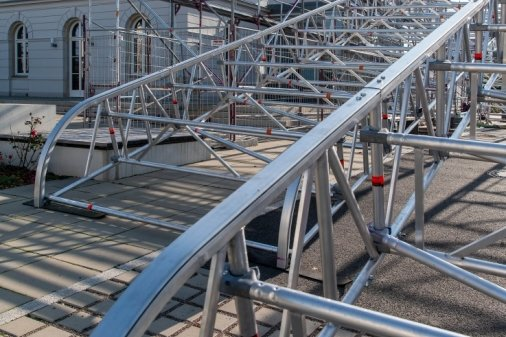 Um die Reparatur durchzuführen, muss ein Gerüst mit einer rollbaren Dachkonstruktion über das Dach gebaut werden.
