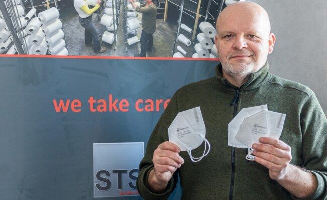 Unternehmer Markus Tutsch aus Grünbach mit FFP2-Masken aus seiner Produktion: Zeitweise wurden 100.000 Stück täglich gefertigt.