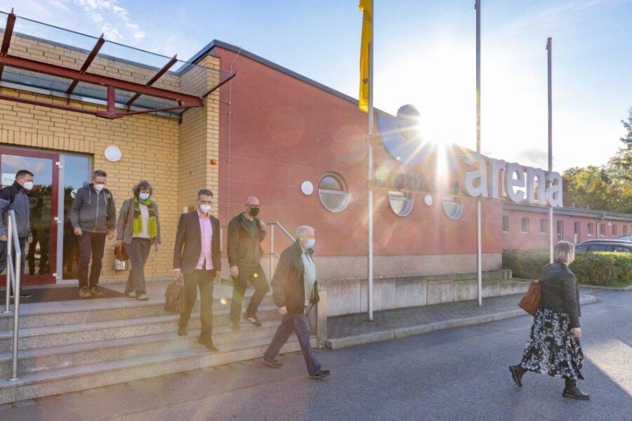Die komplette fünfköpfige SPD-Fraktion sowie drei Grünen-Kreisräte - im Foto Wolfram Cüppers, Holger Haase, Ulrike Kahl, Jörg Neubert, Sören Wittig, Adelbert Gründig und Undine Fritzsche (v. l.) - verließen die Sitzung. Thomas Walther ist nicht auf dem Bild zu sehen.