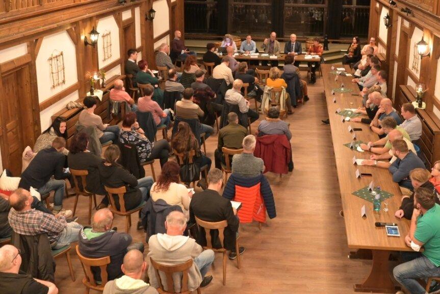 Im Saal des Brauerei-Gasthofes in Zwönitz wurde am Donnerstag emotional, aber sachlich diskutiert.