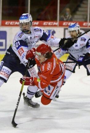 Lukas Lenk (Mitte) will sich bei den Eispiraten Crimmitschau einen Vertrag erarbeiten.