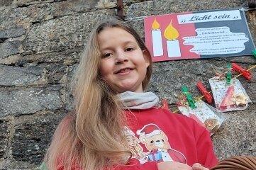 """Antonia Dietel hat rund 150 kleine """"Lichtbeutel"""" an einer Schnur an der Kirchenmauer von Neuhausen aufgehängt."""