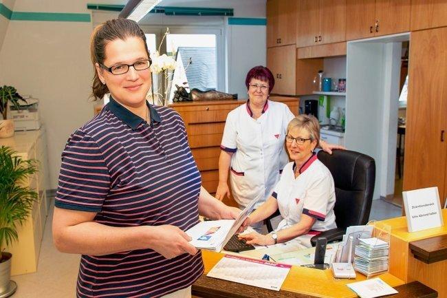 Frauenärztin Katja Tittmann (links) hat Anfang des Jahres eine eigene Praxis in Niederwiesa eröffnet. Bei der Umgewöhnung - sie kommt aus einer großen Klinik - helfen die Krankenschwestern Marion und Marlies.