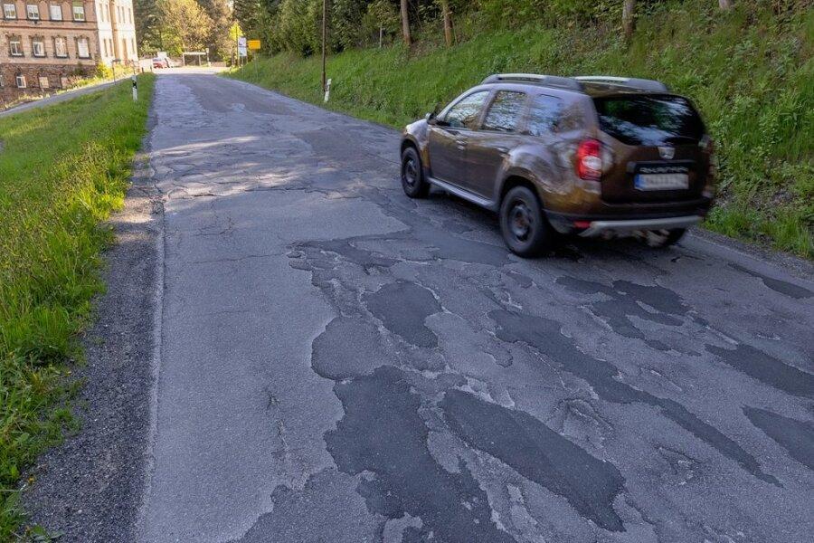 Die Staatsstraße, die durch Sehmatal führt, ist vielfach marode - insbesondere zwischen Cranzahl und Neudorf.