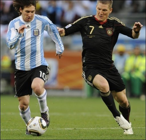 Bastian Schweinsteiger (r.) war der überragende Regisseur beim 4:0 gegen Argentinien. Der argentinische Star Lionel Messi konnte sich kaum entfalten.