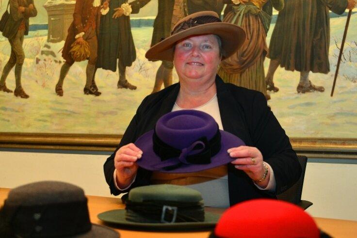 Evelyn Geisler zeigt im kleinen Sitzungssaal im Rathaus Hainichen nur eine kleine Auswahl ihrer Hüte. Sie besitzt etwa 100 Stück.