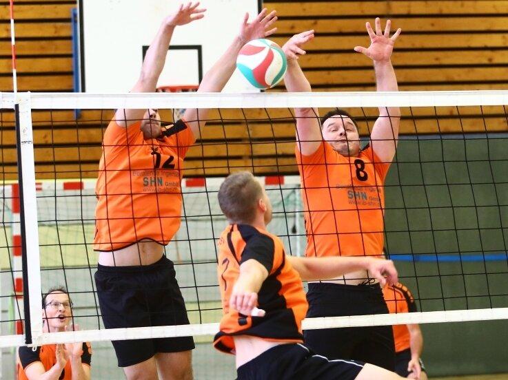 Hier schnappt die Blockfalle einmal zu: Union-Spieler David Heidel (l.) und David Heilmann (r.) wehren den Ball erfolgreich ab.