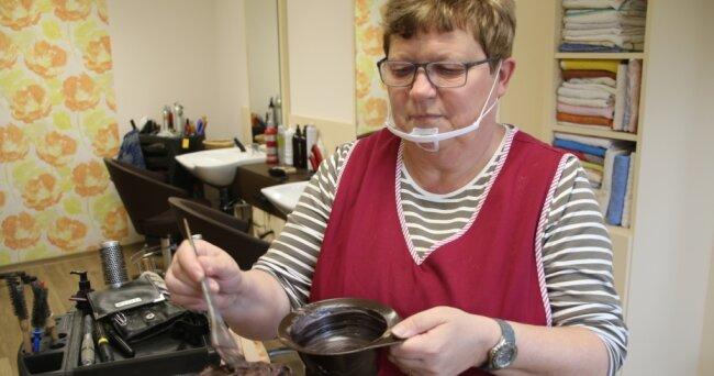 Karin Hilbert arbeit im Friseurgeschäft von Corinna Fischer in Flöha. Friseure dürfen Kunden bedienen.