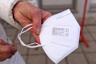 Solche Spezialmasken, die offiziell FFP2-Masken heißen, werden an Limbach-Oberfrohnaer verteilt, die älter als 70 Jahre sind.