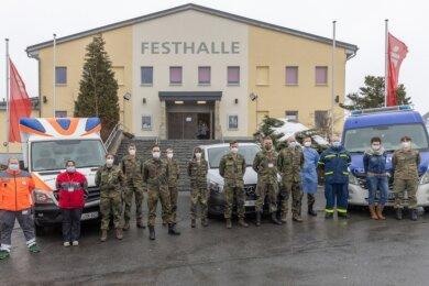 Die Helferinnen und Helfer arbeiten Hand in Hand. Auf dem Foto sind Einsatzkräfte des DRK, THW und der Bundeswehr zu sehen, sie waren in Annaberg im Einsatz.