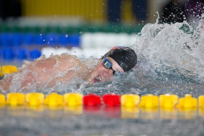 Magnus Bergmann blieb bei den Mitteldeutschen Juniorenmeisterschaften in Riesa über 100 m Freistil erstmals unter einer Minute.