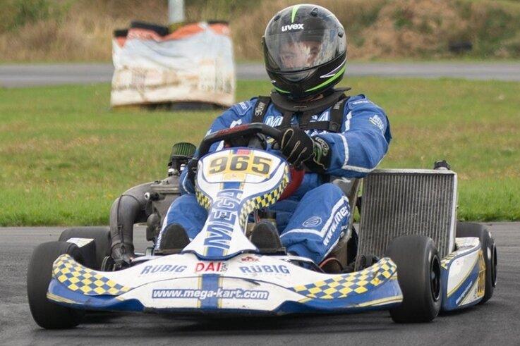 Kartfahrer Nils Henkel aus Schönheide hat in Cheb bei drei aufeinanderfolgenden Läufen jeweils den 1. Platz belegt. Im Oktober soll die Saison weitergehen.
