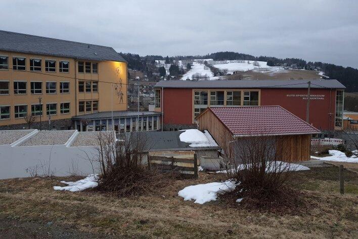 Das Schulzentrum Klingenthal - Am Amtsberg ist der beste Beweis, dass die Stadt in die Zukunft investiert. Millionen Euro flossen schon in den Bau der Oberschule, und auch weiterhin sind Investitionen für Bildungs- und Sporteinrichtungen im aktuellen Haushalt geplant.