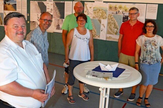 Oberbürgermeister Sören Kristensen (links) suchte im Koberbachcentrum das Gespräch mit den Besuchern.
