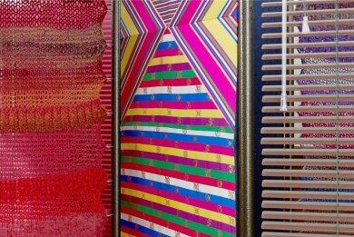 """Bewegliche Objekte von Haegue Yang wie diese Farbflächen aus Stoff und Jalousien unter dem Titel """"A Crated Emergency Route"""" thematisieren Transparenz und Abgrenzung. In Corona-Zeiten können sie für den Rückzug ins Private stehen."""